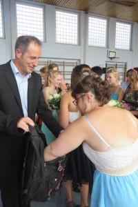 Mit einem Rucksack voll guter Wünsche verabschiedeten sich Pfarrer Hackner und Frau Heim.