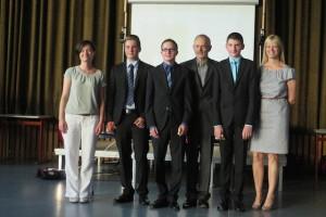 Mit den Jahrgangsbesten Jonas Koller, Philipp Schuster und Lukas Horndasch ließen sich Frau Lifka, Herr Misoph und Frau Moder gerne fotografieren.