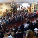 Die ersten und zweiten Klassen ließen die Frösche zu Weihnachten quaken.