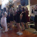 8./9. Klasse: Mädchen studierten selbstständig einen Tanz ein.